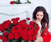 Девушка с букетом роз
